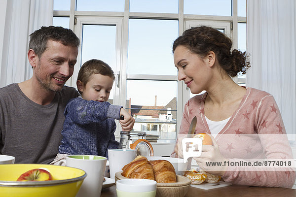 Vater  Mutter und Sohn beim gesunden Frühstück