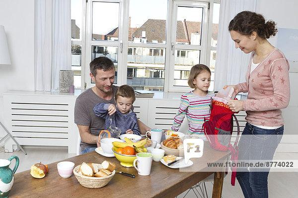Vierköpfige Familie mit gesundem Frühstück