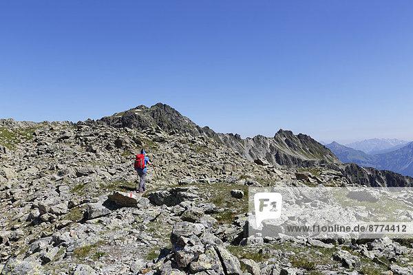 Österreich  Vorarlberg  Frau beim Wandern in Gargellen Heads