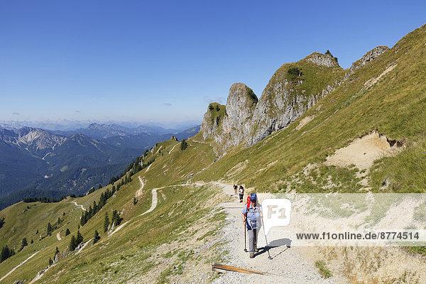 Deutschland  Bayern  Mangfallgebirge  Wanderer bei Rotwand