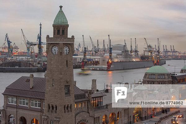 Deutschland  Hamburg  Blick auf St. Pauli Landungsbrücken und Hafen am Abend Deutschland, Hamburg, Blick auf St. Pauli Landungsbrücken und Hafen am Abend