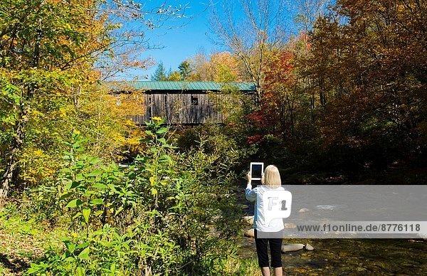 Frau  bedecken  nehmen  Mühle  über  Brücke  Fluss  Norden  Gemälde  Bild  Ipad  1  England  Laub  neu  Vermont