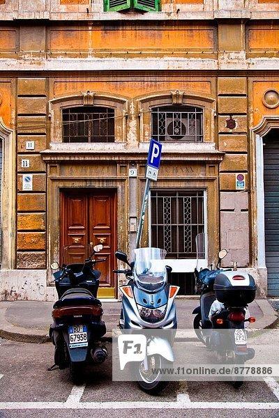 Außenaufnahme Rom Hauptstadt Gebäude Straße parken Apartment Kickboard