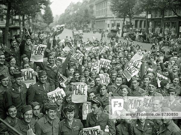 Paris  Hauptstadt  Frankreich  Europa  Frau  geselliges Beisammensein  Teamwork  Geschichte  Soldat  Krieg  amerikanisch  japanisch  Zweiter Weltkrieg  II.  September  Kapitulation