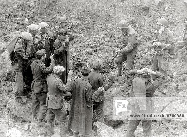 Frankreich  Europa  fangen  verhüllen  Teamwork  Geschichte  Soldat  Krieg  amerikanisch  eindringen  sich in Schale schmeißen  deutsch  Juni  Militär  Normandie  Zweiter Weltkrieg  II.