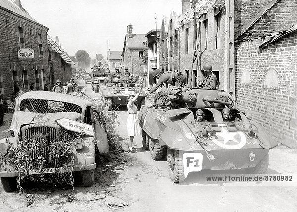 Frankreich  Europa  Frau  Vereinigte Staaten von Amerika  USA  Geschichte  Soldat  Lastkraftwagen  Krieg  eindringen  Geländewagen  Heer  Flasche  Mittagessen  Normandie  Zweiter Weltkrieg  II.