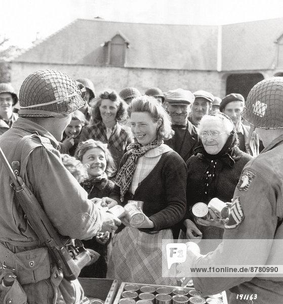 Frankreich Europa Frau Lebensmittel Lebensmittelladen Geschichte Soldat Krieg amerikanisch eindringen Dose ausbreiten Fallschirmjäger verteilen Juli Normandie Zweiter Weltkrieg II. Weltkrieg