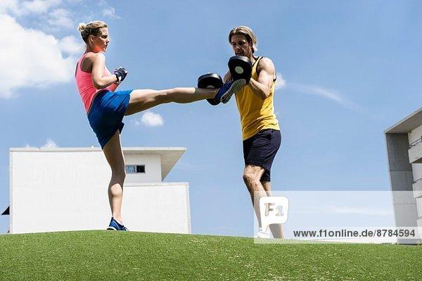 Kickboxerin und Personal Trainerin im Park