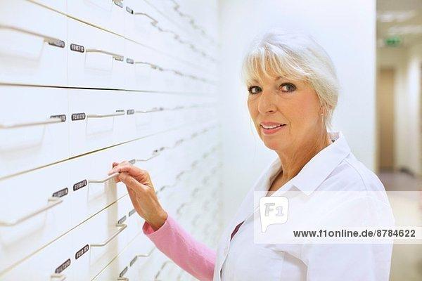 Porträt einer reifen Apothekerin bei der Arbeit