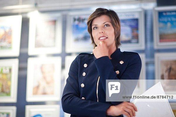 Junge Geschäftsfrau im Amt