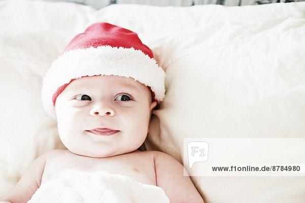 Porträt eines lächelnden Jungen mit Weihnachtsmütze