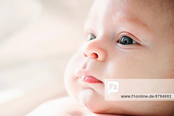 Nahaufnahme des aufmerksamen Babyjungen