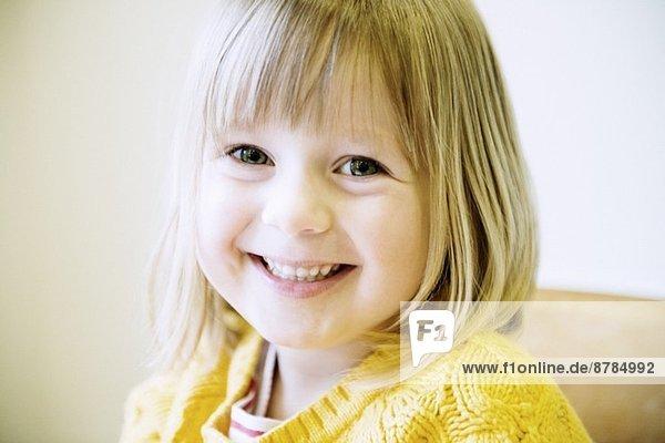 Porträt eines jungen Mädchens in der Küche