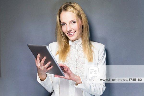 Junge Frau mit digitalem Tablett