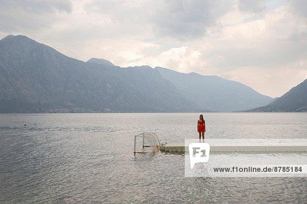 Einsame junge Frau am Pier  Bajova Kula  Montenegro