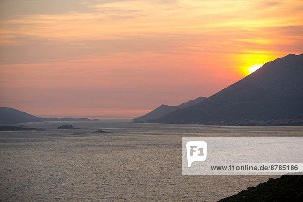 Sonnenuntergang über den Bergen und dem Meer  Orebic  Kroatien