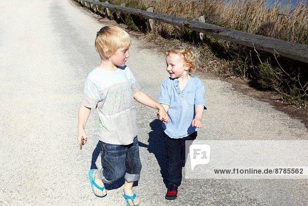 Brüder  die zusammen gehen und Händchen halten. Brüder, die zusammen gehen und Händchen halten.