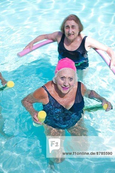 Porträt älterer Frauen beim Sport im Schwimmbad
