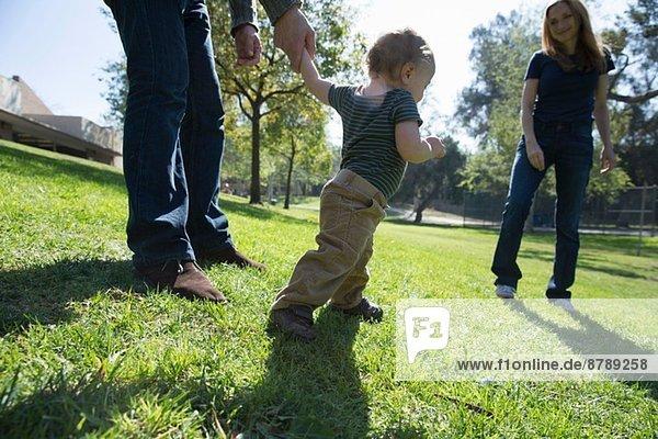 Junge lernt auf Gras zu laufen