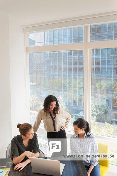 Junge Unternehmerinnen und Kundengespräche im Büro