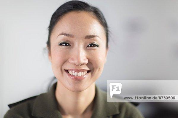 Porträt einer mittelgroßen Frau lächelnd