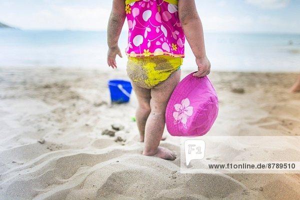 Baby spielt am Sandstrand Baby spielt am Sandstrand