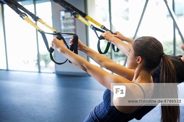 Paar trainiert im Fitnessstudio