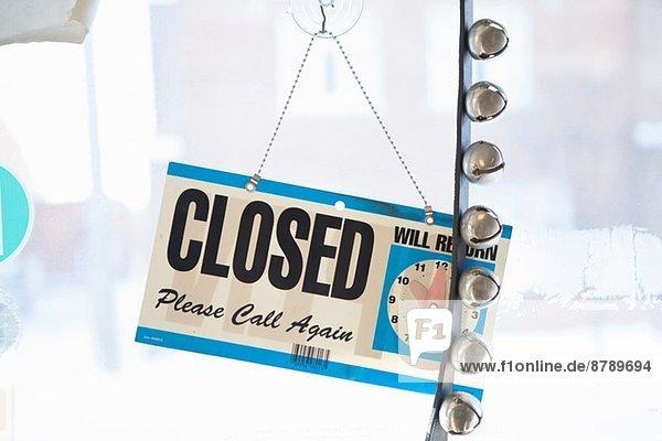 Geschlossenes Schild an der Tür eines kleinen Unternehmens