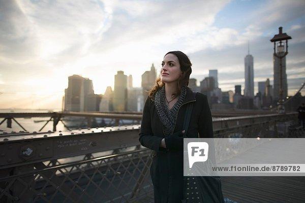 Junge Frau auf der Brooklyn Bridge  New York  USA