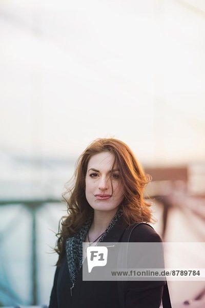 Porträt einer jungen Frau im Freien