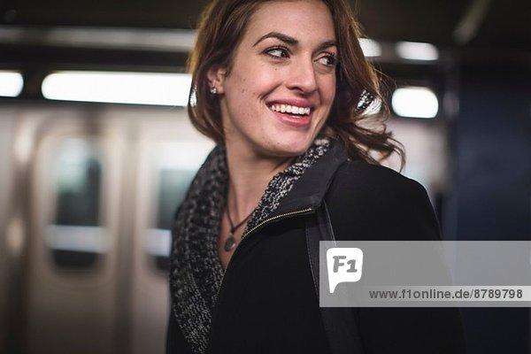 Junge Frau in der U-Bahn-Station