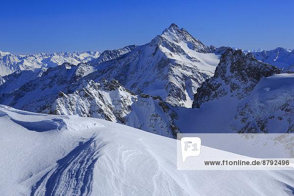 blauer Himmel  wolkenloser Himmel  wolkenlos  Panorama  Europa  Schneedecke  Berg  Winter  Himmel  Schnee  dahintreibend  Alpen  blau  Ansicht  Sonnenlicht  Kanton Graubünden  Westalpen  Bergmassiv  schweizerisch  Schweiz
