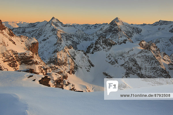 Panorama  Europa  Schneedecke  Berg  Winter  Abend  Schnee  Alpen  pink  Ansicht  Sonnenlicht  Berner Alpen  Westalpen  Abenddämmerung  Bergmassiv  schweizerisch  Schweiz