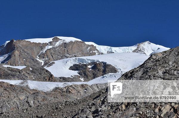 blauer Himmel wolkenloser Himmel wolkenlos Felsbrocken Europa Berg Sport Sommer Landschaftlich schön landschaftlich reizvoll Natur Alpen Sonnenlicht Monte Rosa Gletscher Saas Fee schweizerisch Schweiz Zermatt