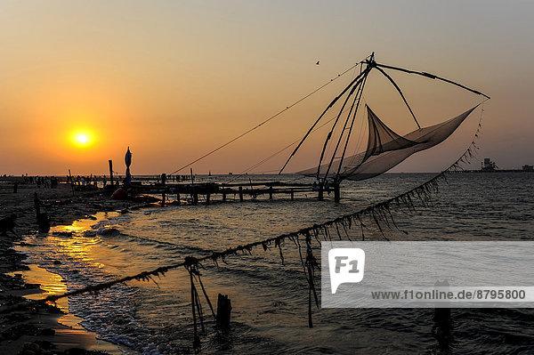 Chinesische Fischernetze bei Sonnenuntergang  Kochi  Kerala  Südindien  Indien Chinesische Fischernetze bei Sonnenuntergang, Kochi, Kerala, Südindien, Indien