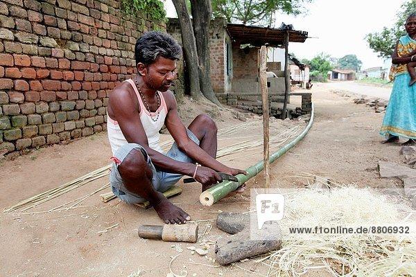 Mann Vorbereitung Korb Produktion Bambus Indien