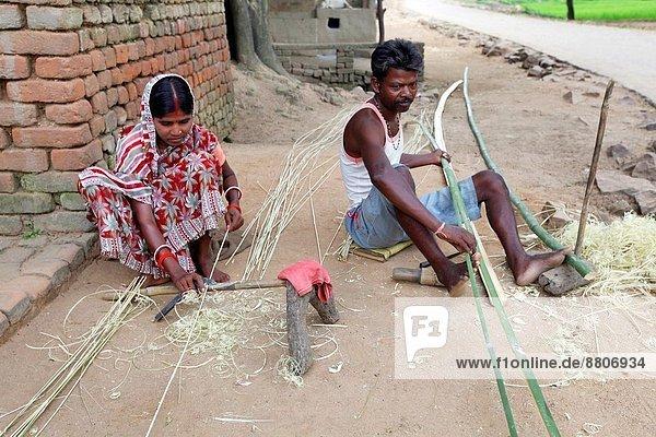 Vorbereitung Korb Produktion Bambus Indien Mann und Frau