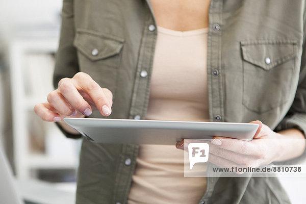 Frau mit digitalem Tablett  beschnitten