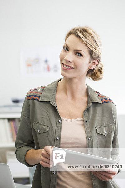 Frau mit digitalem Tablett
