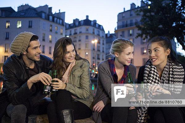 Freunde beim gemeinsamen Biergenuss im Freien