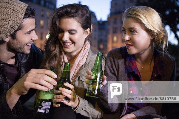 Freunde feiern im Freien