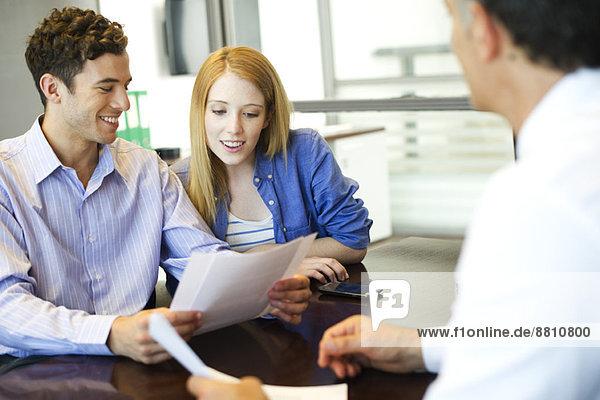 Kunden  die den Papierkram mit dem Berater durchgehen