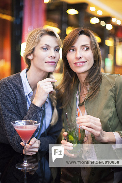 Frauen beim Cocktail an der Bar