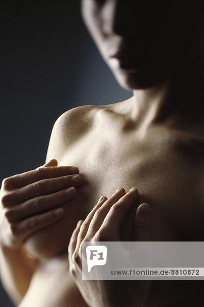 Nackte Frau mit Händen  die Brüste bedecken  abgeschnitten Nackte Frau mit Händen, die Brüste bedecken, abgeschnitten