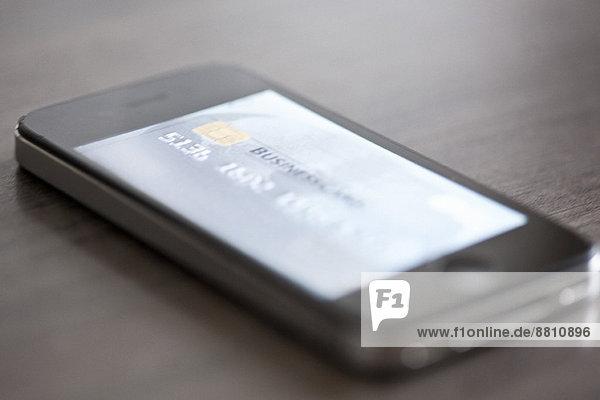 Smartphone mit Bild der Kreditkarte