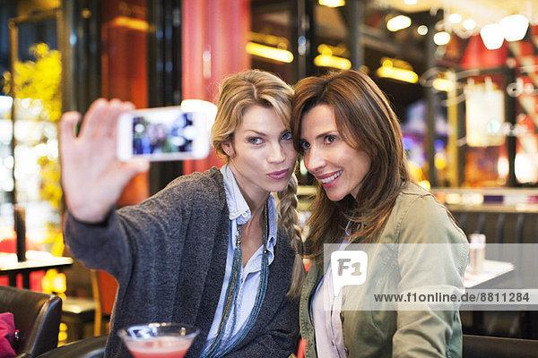 Frauen in der Bar beim Selbstporträt mit Fotophon