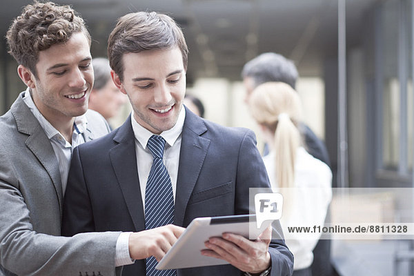 Geschäftskollegen betrachten gemeinsam das digitale Tablett