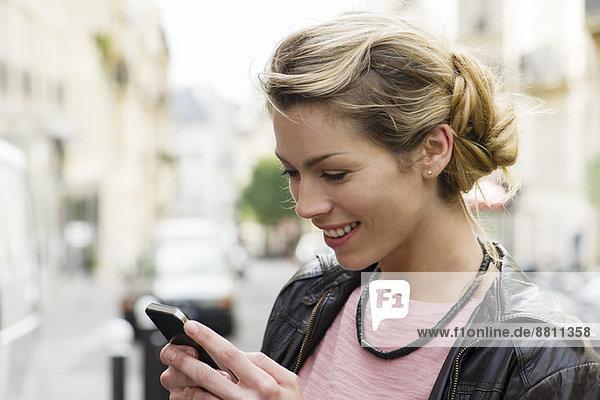 Mit Smartphones können wir problemlos mit anderen kommunizieren.