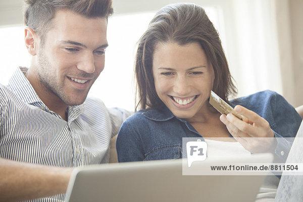Paar zu Hause zusammen online einkaufen