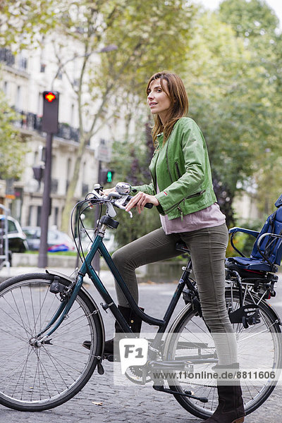 Frau pendelt mit dem Fahrrad